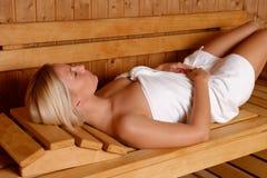 Menina bonita que aprecia na sauna imagens de stock