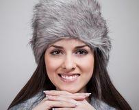 Retrato da menina bonita com o chapéu do inverno sobre Fotos de Stock Royalty Free