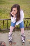 Retrato da menina bonita com patins Fotografia de Stock