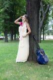 Retrato da menina bonita do boho perto da árvore com guitarra azul imagem de stock royalty free