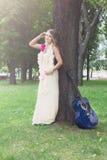 Retrato da menina bonita do boho perto da árvore com guitarra azul foto de stock