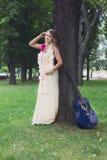 Retrato da menina bonita do boho perto da árvore com guitarra azul fotos de stock royalty free