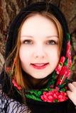 Retrato da menina bonita do russo em um xaile Imagens de Stock