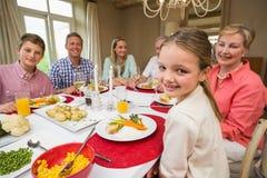 Retrato da menina bonita durante o jantar de Natal Imagens de Stock Royalty Free
