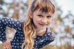 Retrato da menina bonita na floresta Imagens de Stock Royalty Free