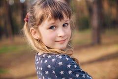 Retrato da menina bonita na floresta Fotografia de Stock