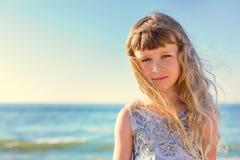 Retrato da menina bonita na praia Fotografia de Stock