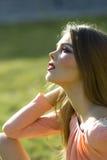 Retrato da menina bonita no dia ensolarado, vista lateral fotos de stock