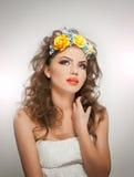 Retrato da menina bonita no estúdio com as rosas amarelas em seus cabelo e ombros despidos Jovem mulher 'sexy' com composição pro Fotografia de Stock Royalty Free