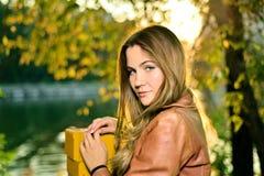 Retrato da menina bonita no por do sol no outono imagens de stock royalty free