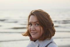 Retrato da menina bonita no revestimento que anda ao longo da costa de mar imagens de stock royalty free