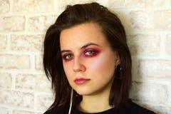 Retrato da menina bonita nova com olhos verdes e da composição criativa em tons lilás Foto de Stock