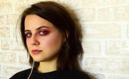 Retrato da menina bonita nova com olhos verdes e uma composição criativa brilhante em tons lilás Imagens de Stock Royalty Free