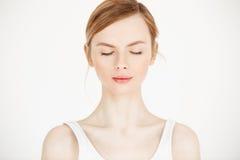 Retrato da menina bonita nova com a pele fresca limpa isolada no fundo branco Olhos fechados Beleza e saúde Fotografia de Stock