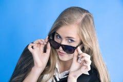 Retrato da menina bonita nova com vidros Imagens de Stock