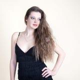 Retrato da menina bonita nova em um vestido preto Imagem de Stock Royalty Free