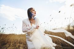 Retrato da menina bonita nova no vestido branco no campo de trigo, passeio, despreocupado Apreciando o dia ensolarado bonito imagens de stock royalty free