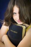 Retrato da menina bonita que guarda a Bíblia Sagrada Fotos de Stock Royalty Free