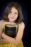 Retrato da menina bonita que guarda a Bíblia Sagrada Fotos de Stock