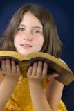 Retrato da menina bonita que guarda a Bíblia Sagrada Foto de Stock