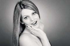 Retrato da menina bonita surpreendida que guarda a mão em sua cara dentro Fotos de Stock