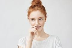 Retrato da menina bonita tímida com sorriso foxy do cabelo e das sardas fotografia de stock royalty free