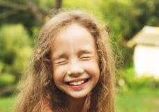 Retrato da menina bonito feliz que tem o divertimento no dia ensolarado Imagem de Stock