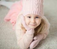 Retrato da menina bonito no chapéu e das luvas no tempo do Natal Imagens de Stock Royalty Free