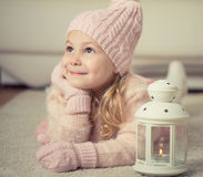 Retrato da menina bonito no chapéu e das luvas no tempo do Natal Foto de Stock