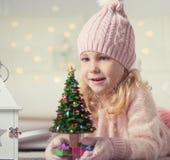 Retrato da menina bonito no chapéu e das luvas no tempo do Natal Fotografia de Stock Royalty Free