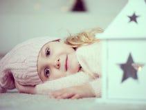 Retrato da menina bonito no tempo do Natal Fotografia de Stock