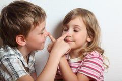 Retrato da menina brincalhão e do menino Fotos de Stock