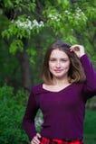Retrato da menina caucasiano magnífica nos óculos de sol Lwoman adorável que aprecia a vida e que tem o divertimento no recurso I fotografia de stock