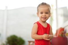 Retrato da menina caucasiano pequena adorável que mostra os dentes anteriors com sorriso grande, lov adorável novo de sorriso eng Imagens de Stock Royalty Free