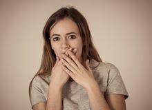 Retrato da menina chocada interesse do adolescente com gestos amedrontados Cara assustado, emoção chocada foto de stock