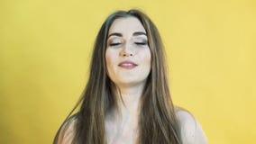 Retrato da menina com emoção alegre no fundo amarelo em 4K filme