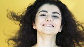 Retrato da menina com emoção alegre no fundo amarelo lentamente filme