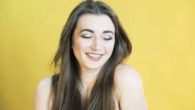 Retrato da menina com emoção da alegria no fundo amarelo em 4K filme