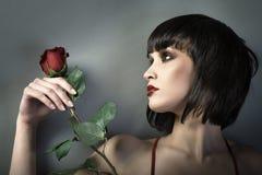 Retrato da menina com a flor vermelha. Imagens de Stock Royalty Free