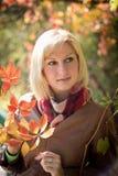 Retrato da menina com folhas brilhantes Foto de Stock Royalty Free