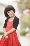 Retrato da menina com o vestido vermelho em Nanluoguxiang, Pequim, China fotografia de stock royalty free