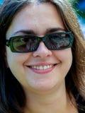 Retrato da menina com os vidros escuros sozinhos, sorriso das pessoas de 30 anos fotos de stock royalty free