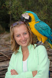 Retrato da menina com papagaio foto de stock royalty free