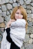 Retrato da menina com a parede de pedra do fundo do xaile Imagem de Stock Royalty Free