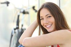 Retrato da menina com sorriso perfeito e os dentes brancos Imagens de Stock