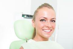 Retrato da menina com sorriso perfeito no dentista imagem de stock royalty free