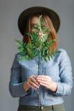 Retrato da menina com uma planta nas mãos Fotos de Stock Royalty Free