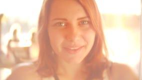 Retrato da menina consideravelmente adolescente bonito Luz traseira sonhadora bonita ensolarada do dia de mola SLOWMO dentro do p vídeos de arquivo