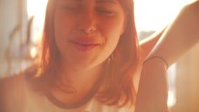 Retrato da menina consideravelmente adolescente bonito Luz traseira sonhadora bonita ensolarada do dia de mola SLOWMO dentro do p filme