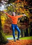 Retrato da menina consideravelmente adolescente no parque do outono Fotografia de Stock